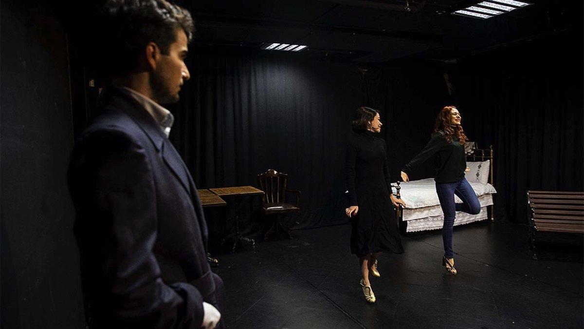 Miraç Eronat, evinin garajını tiyatro sahnesi yaptı #4